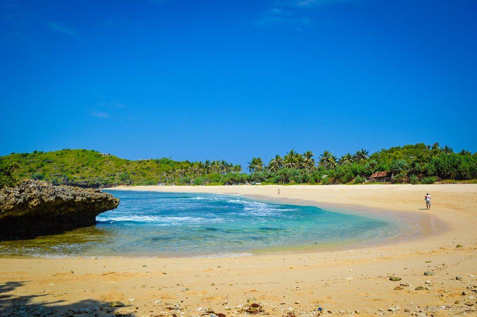 Pantai Srau yang Indah dan Cantik Ini Sangat Sayang untuk Dilewatkan