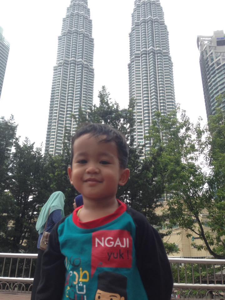 Sepupu kecil di depan Menara Petronas