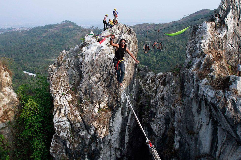 Tegang, Begini Rasanya Memacu Adrenaline dengan Slackline!