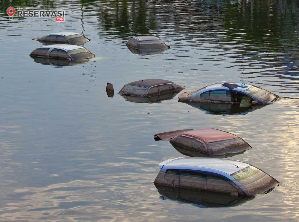 Cara Keluar dari Mobil yang Tenggelam