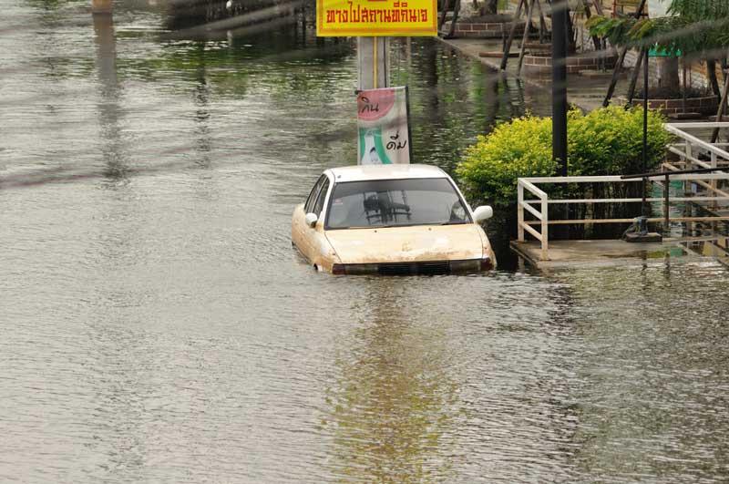 cara-keluar-dari-mobil-yang-tenggelam-3