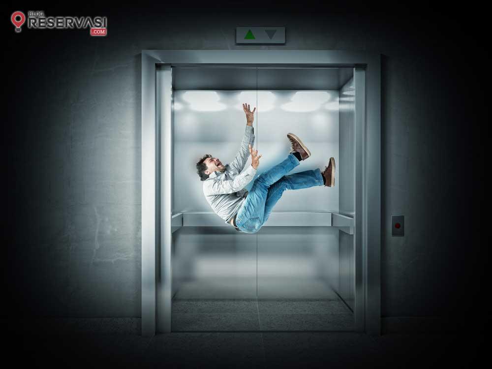 Cara Menyelamatkan Diri Saat Berada dalam Lift yang Terjatuh