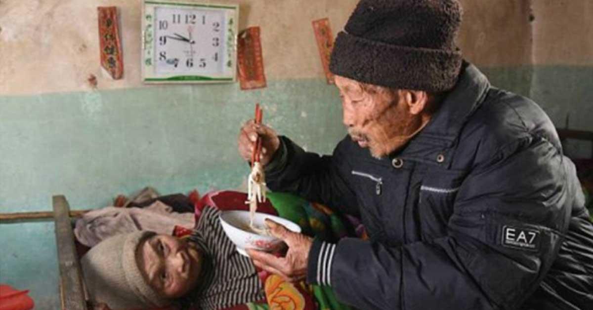 Terharu, Kakek Ini Rawat Istrinya yang Lumpuh Selama 56 Tahun