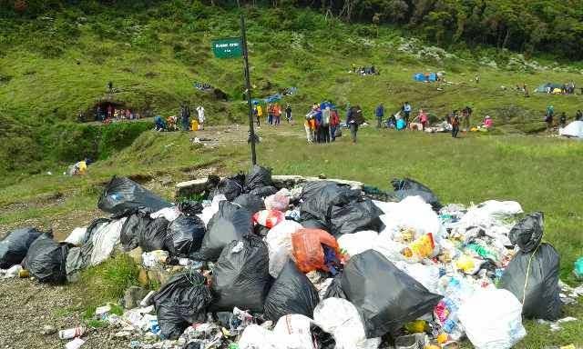 Sampah di Gunung Gede Pangrango