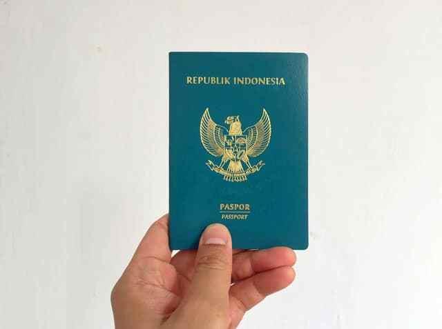 Tahukah Kamu, Kini Paspor Indonesia Tak Lagi Berwarna Hijau?