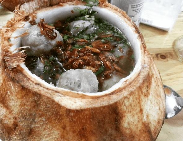 Lokasi Terbaik Bakso Batok Kelapa untuk Rasakan Sensasi Makan Kuah dan Mi Kelapa