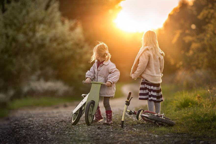 Tips Membagikan Foto Anak Saat Traveling di Sosial Media