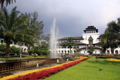 5 Destinasi Wisata Malam di Bandung Bikin Liburanmu Makin Seru
