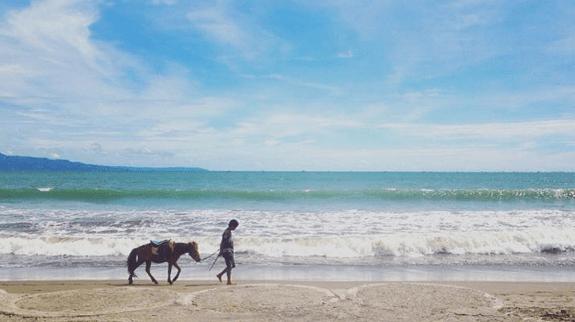 Menikmati Akhir Pekan Sambil Bersantai di Pantai Citepus Sukabumi