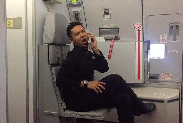 "Heboh! Kru Kabin Air Asia Nge-Dance ""Toxic"" Britney Spears di Pesawat"
