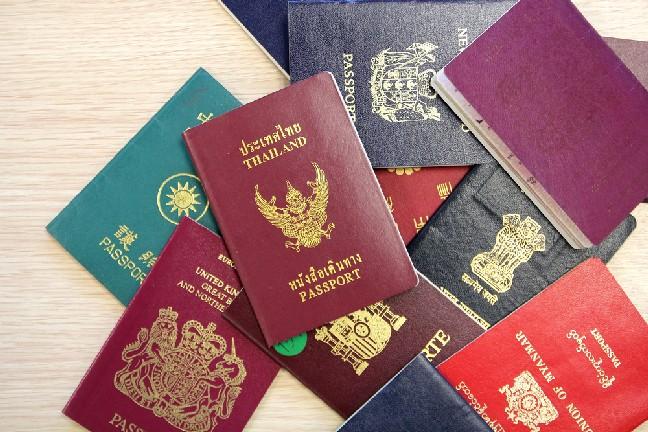 Ini Alasan Kenapa Hanya Ada 4 Warna Paspor di Dunia