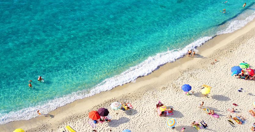 Jangan Lakukan 10 Hal Ini Saat Liburan di Pantai