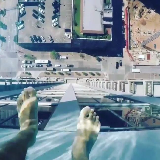 Nggak Bakal Berani Lihat Bawah Kalau Berenang di Sky Pool Ini