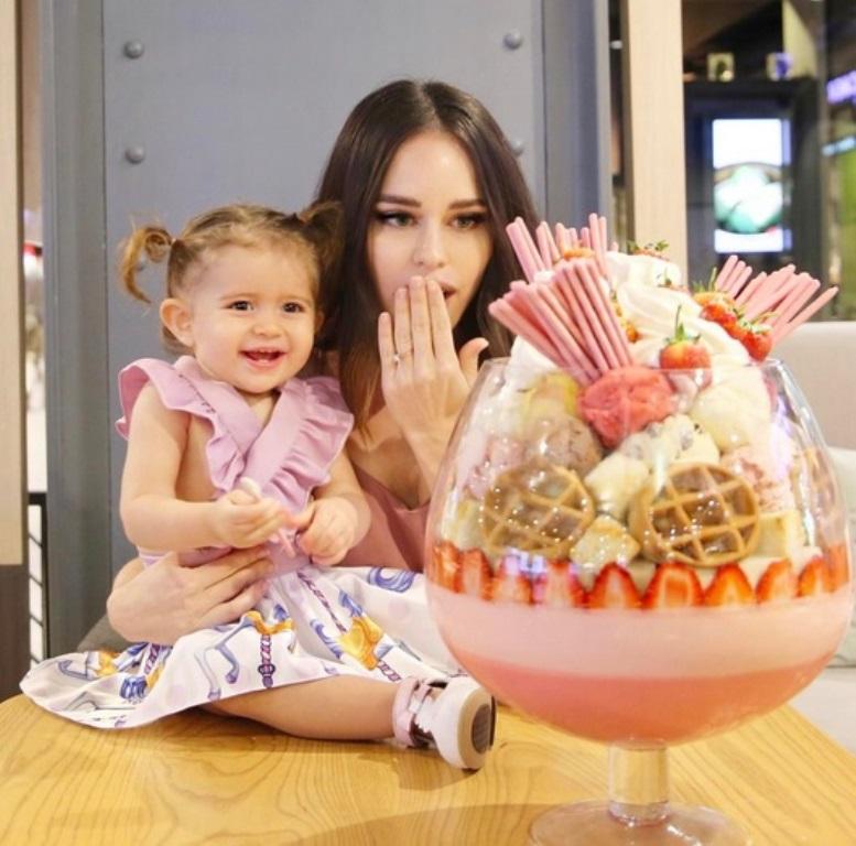 Kafe di Thailand Hidangkan Es Krim Stroberi Raksasa, Sanggup Habiskan?