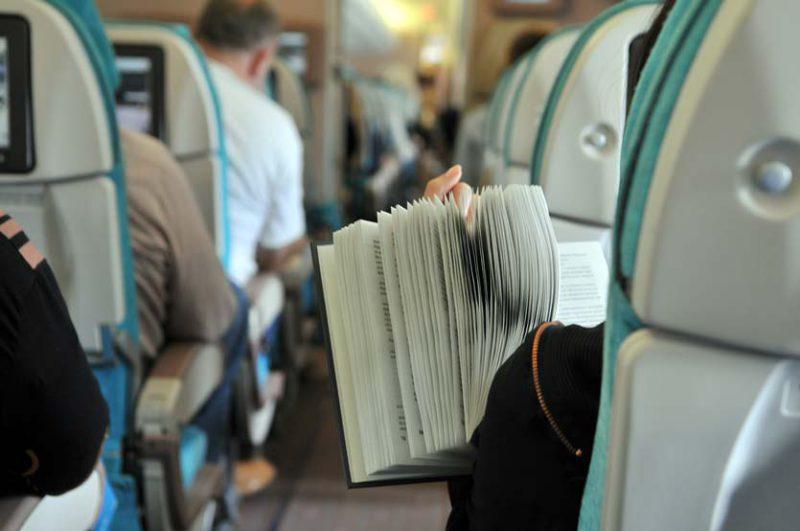 tips atasi bosan saat traveling dengan pesawat