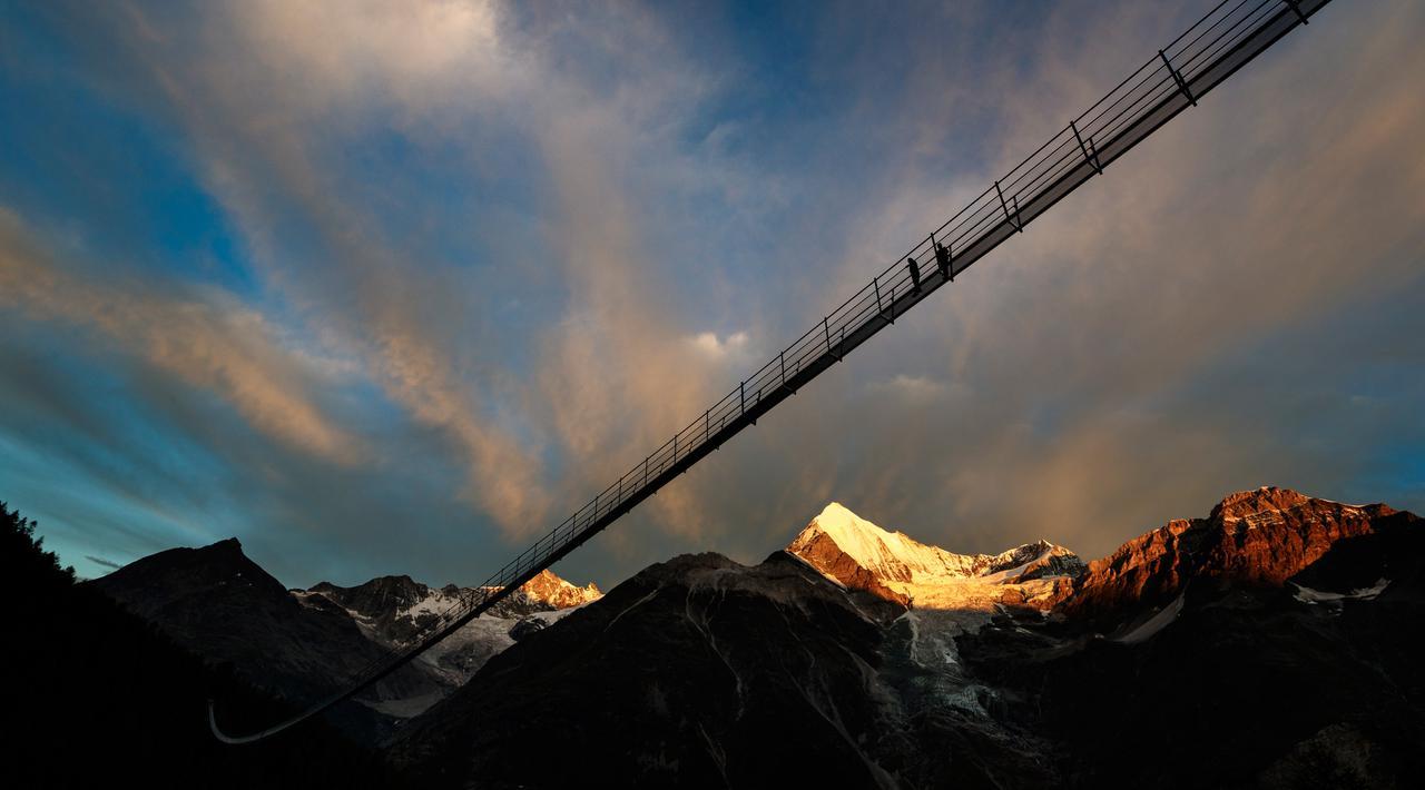 Jembatan Gantung Terpanjang di Dunia Resmi Dibuka, Ini Penampakannya!