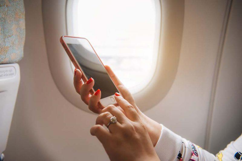 bahaya menggunakan handphone di pesawat
