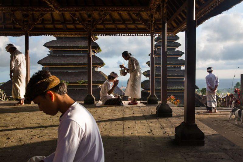 Prosesi pemberkatan di Pura Besakih Bali