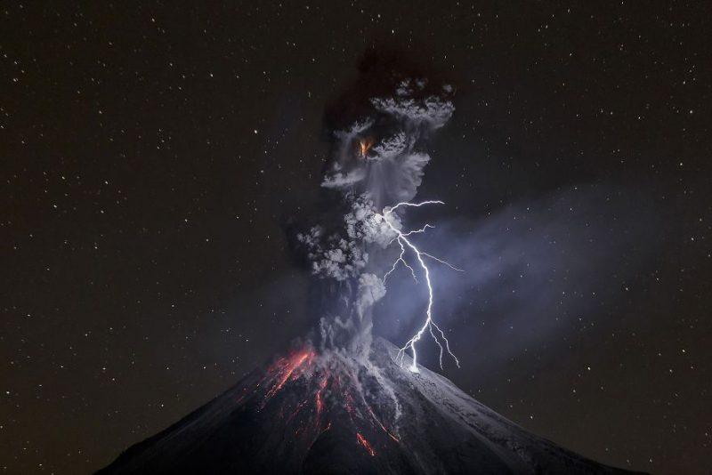 Gunung erupsi yang tersambar petir menjadi pemenang foto travel terbaik 2017 versi nat geo