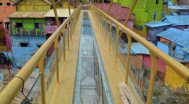 Makin Keren, Kampung Warna-Warni Jodipan Kini Punya Jembatan Kaca yang Cantik Lho!