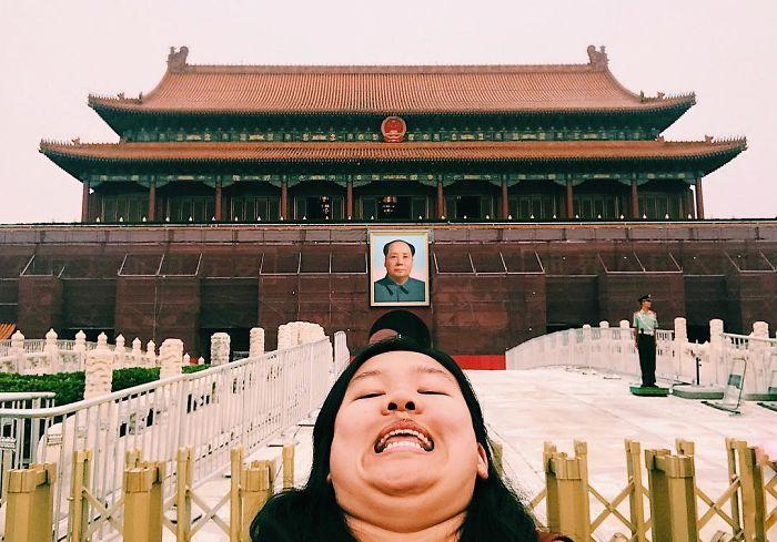 Pose Double Chin, Gaya Foto Traveling Nyeleneh yang Lagi Tren di Instagram