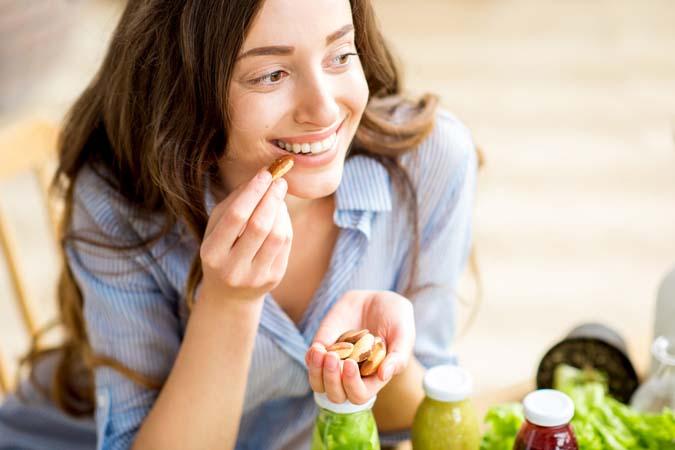 perempuan cantik makan kacang