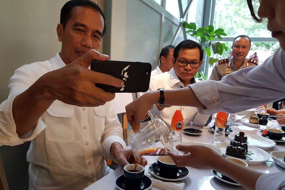 """Gambar Peta Indonesia di """"Casing Handphone"""" Jokowi Jadi Sorotan, Berapa Harganya?"""