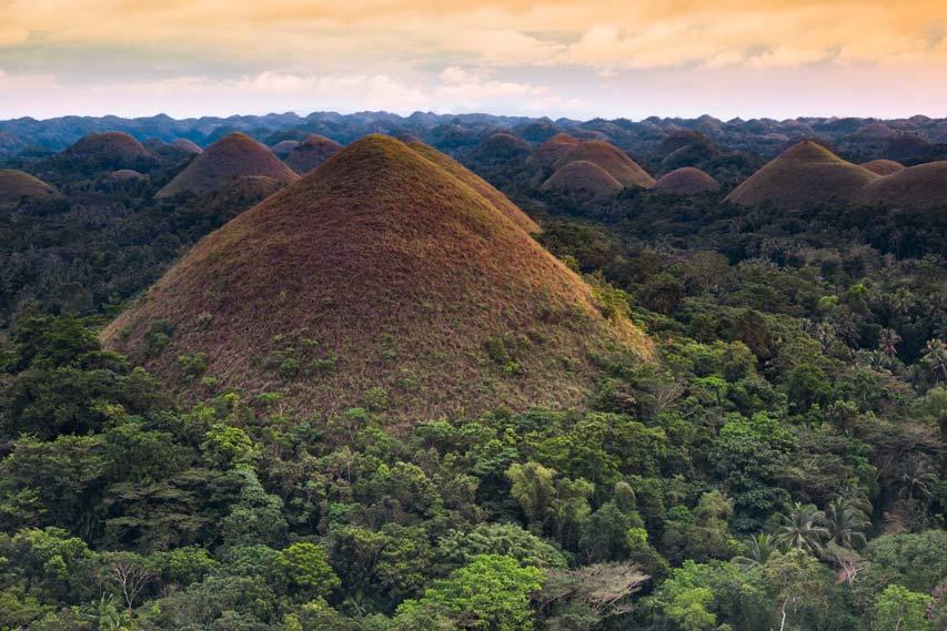 Menikmati Legitnya Sunset Bukit Cokelat di Filipina
