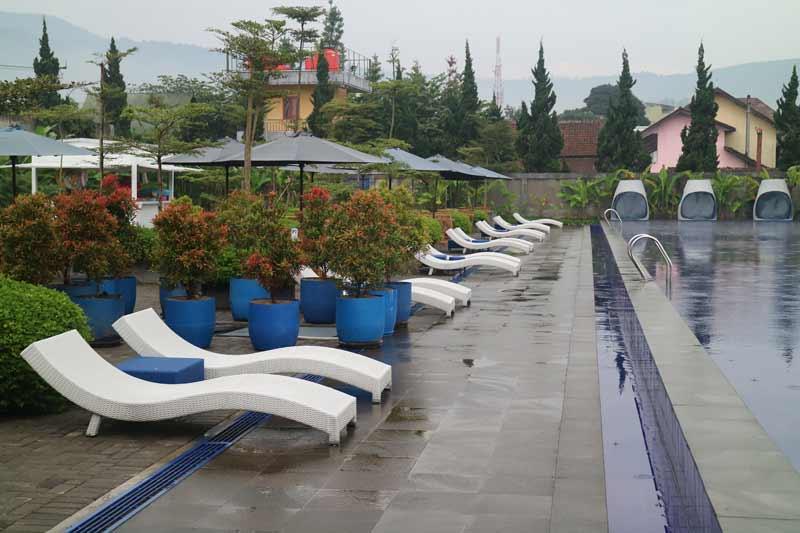 kolam renang Floating Market