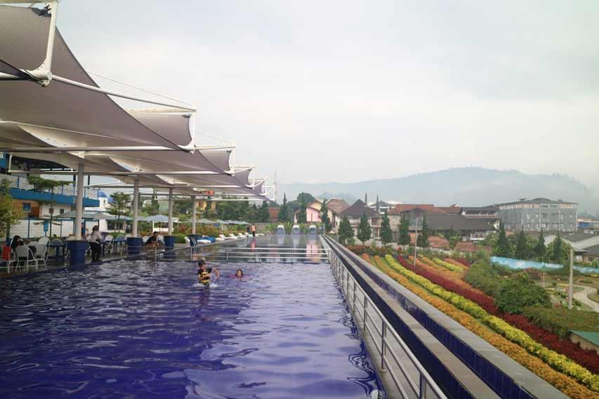 Seru, Berenang di Kolam Renang Floating Market Lembang